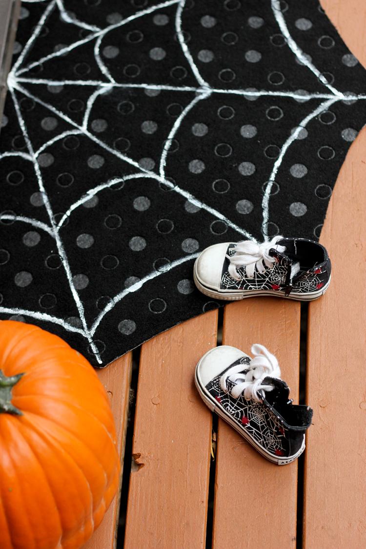 DIY Spiderweb Doormat (Delia Creates)