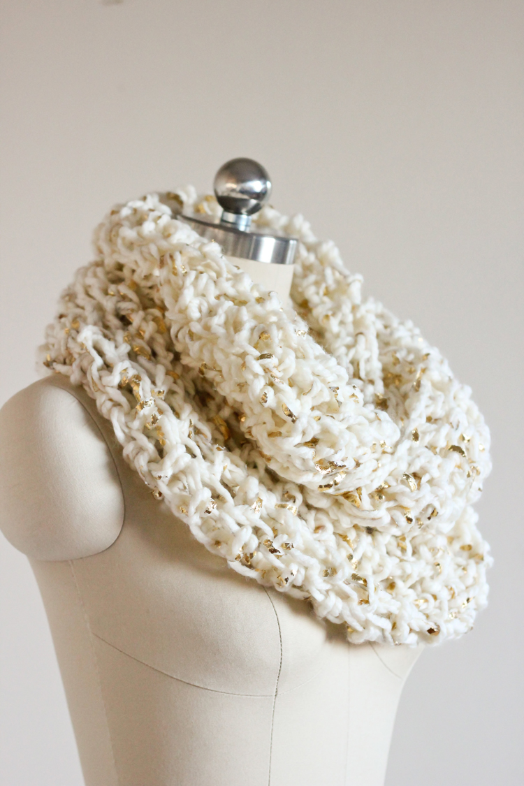 Crocheting Infinity Scarf For Beginners : Chunky Crochet Infinity Scarf - FREE PATTERN // Delia Creates
