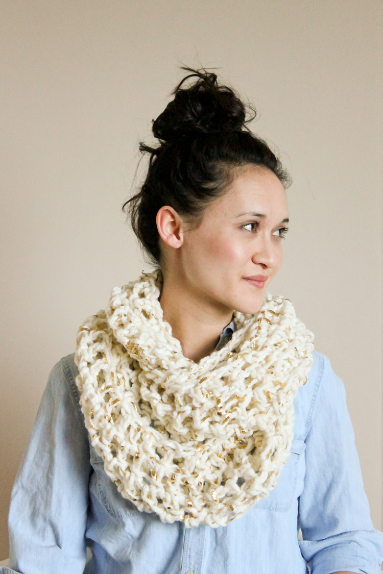 Chunky Crochet Infinity Scarf - FREE PATTERN // Delia Creates