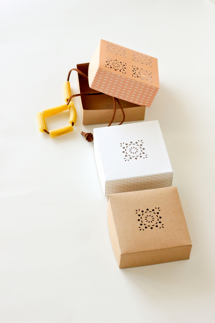 Cute little gift boxes - free printable! Perfect for Mother's Day or Teacher gifts. // Delia Creates