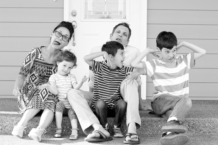 family on the porch black and white (24 of 24)0623