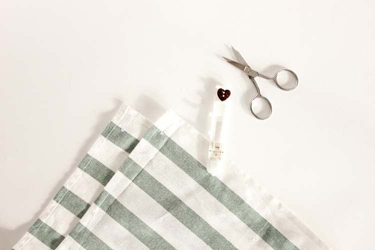 easy buttoned-up tea towel apron tutorial // Delia Creates