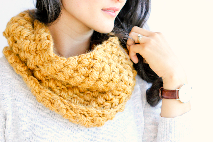 Bean Stitch Cowl - FREE Pattern // www.deliacreates.com