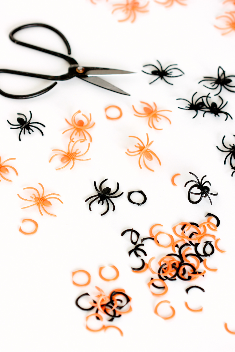 Easy Spider Garland DIY // www.deliacreates.com