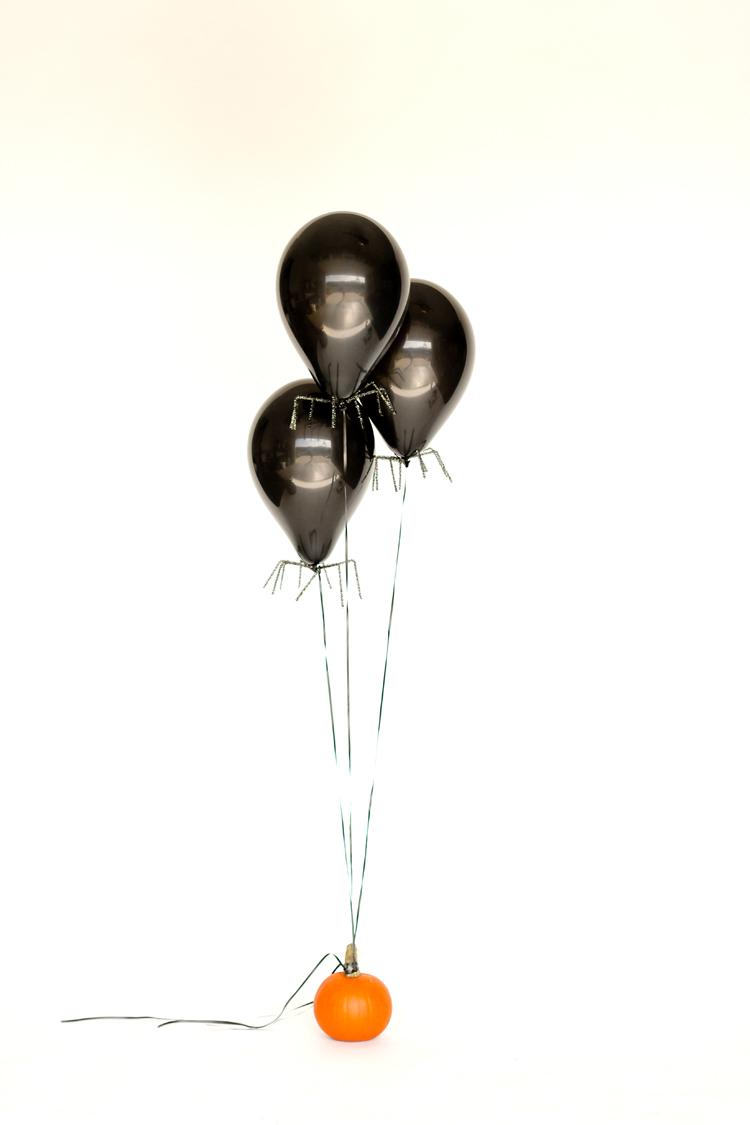 Easy Spider Balloon DIY // www.deliacreates.com