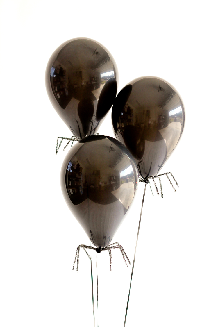 Easy Spider Balloon DIY // www.deliacreates.com