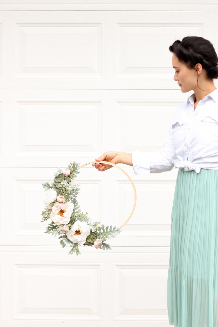 Modern Spring Floral Wreath // www.deliacreates.com