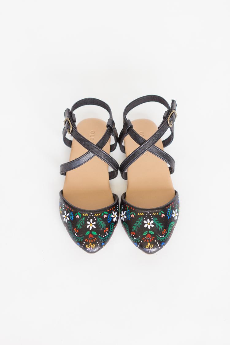 DIY Folk Art Inspired Floral Statement Shoes // www.deliacreates.com