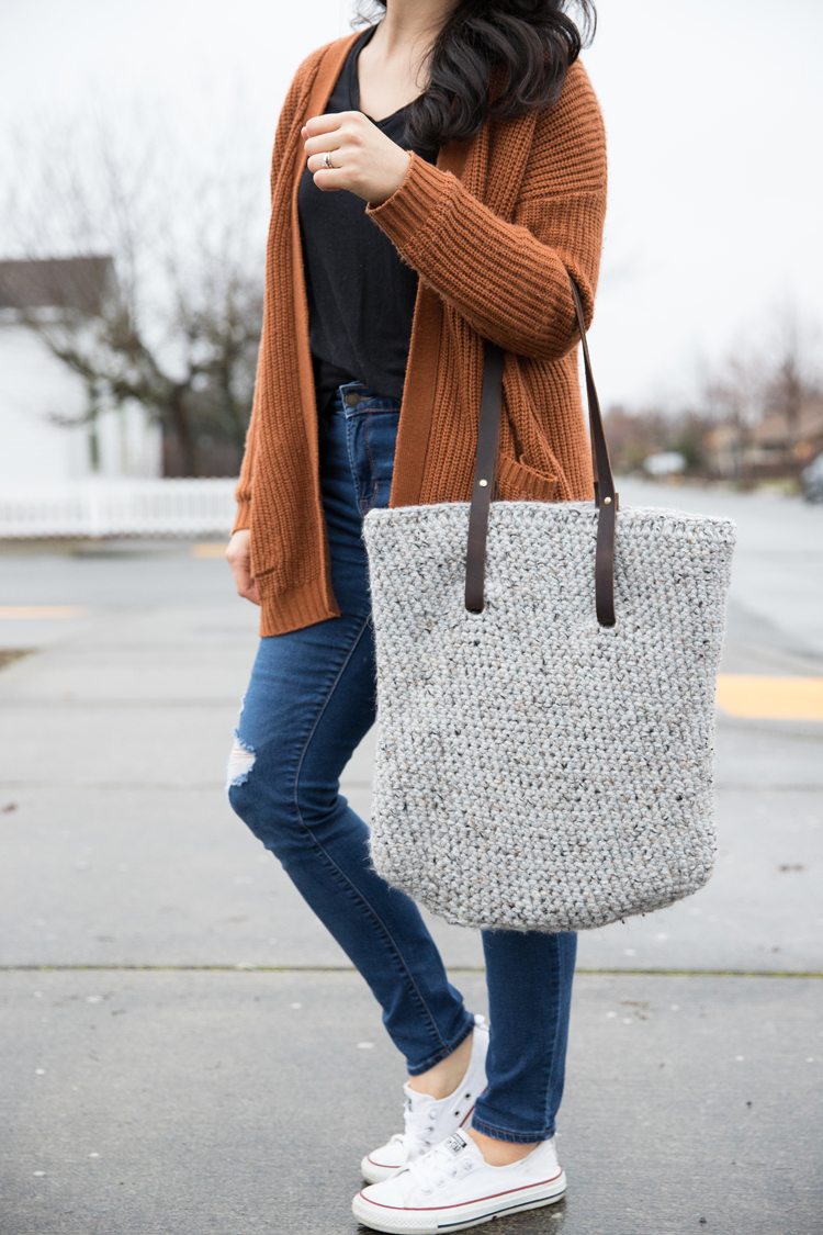 Leather Strap Crocheted Tote - FREE PATTERN // www.deliacreates.com
