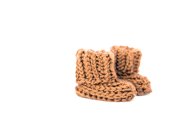 Ribbed Crochet Baby Booties - free pattern for beginners! // www.deliacreates.com