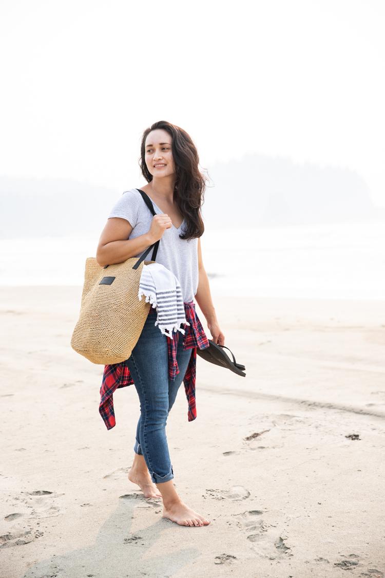Crocheted Raffia Beach Bag // www.deliacreates.com