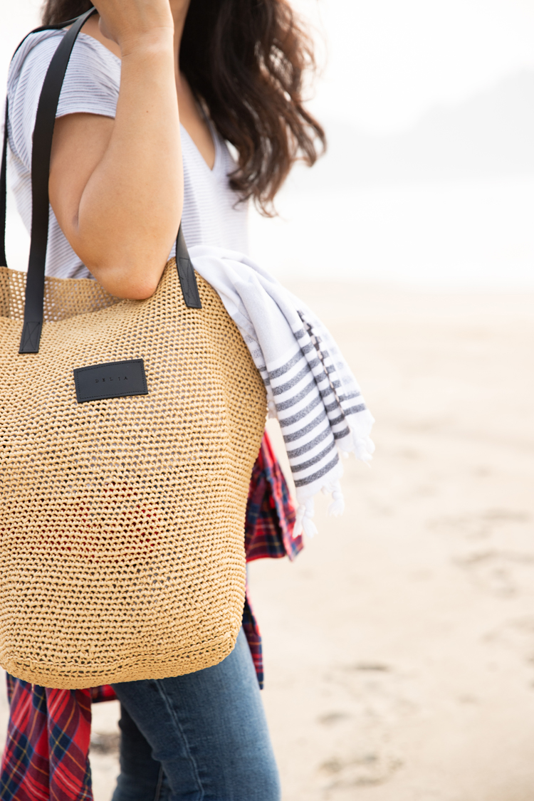Crocheted Raffia Beach Bag // www.deliacreates.com