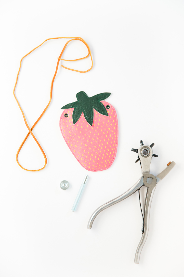 DIY Strawberry Coin Purse - free pattern and tutorial // www.deliacreates.com