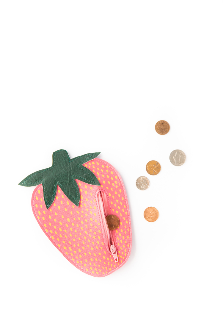Strawberry Coin Purse - free pattern and tutorial // www.deliacreates.com