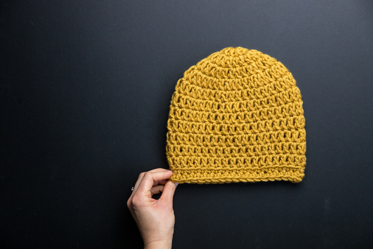 Crochet Basics: How to Crochet in the Round and Make a Beanie // great video tutorials for ABSOLUTE beginners // www.deliacreates.com
