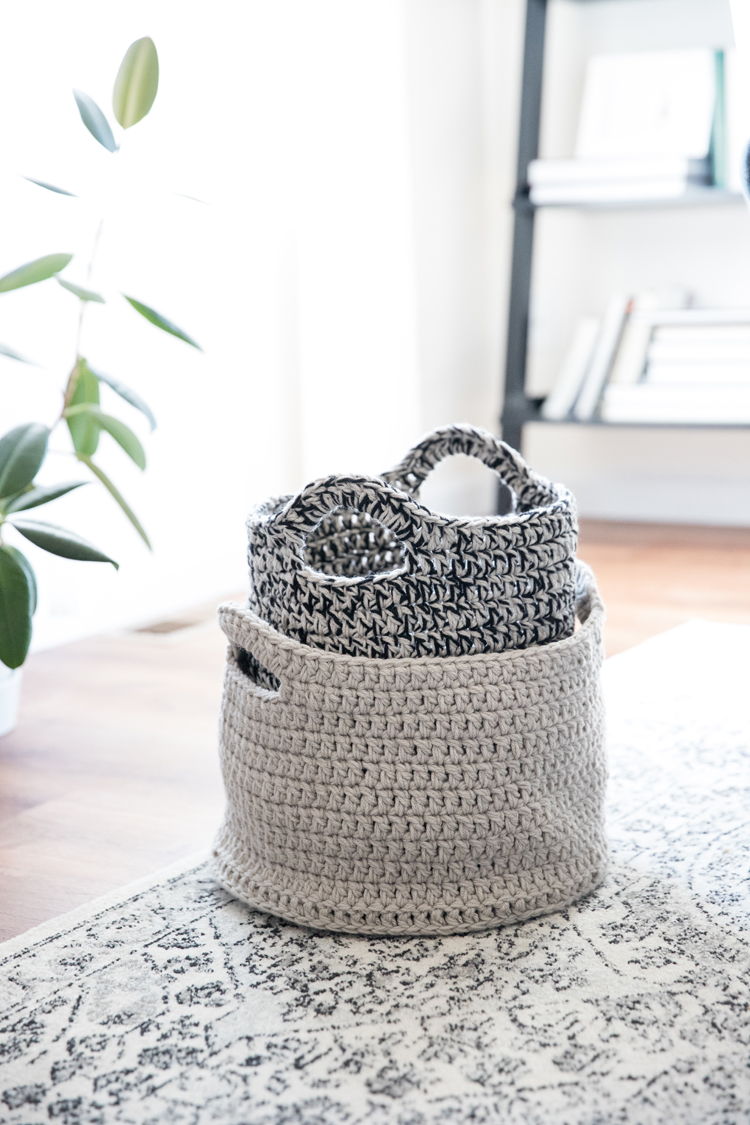 Crochet Basics: How to work in the round and make a basket! // video tutorial for beginners // www.deliacreates.com