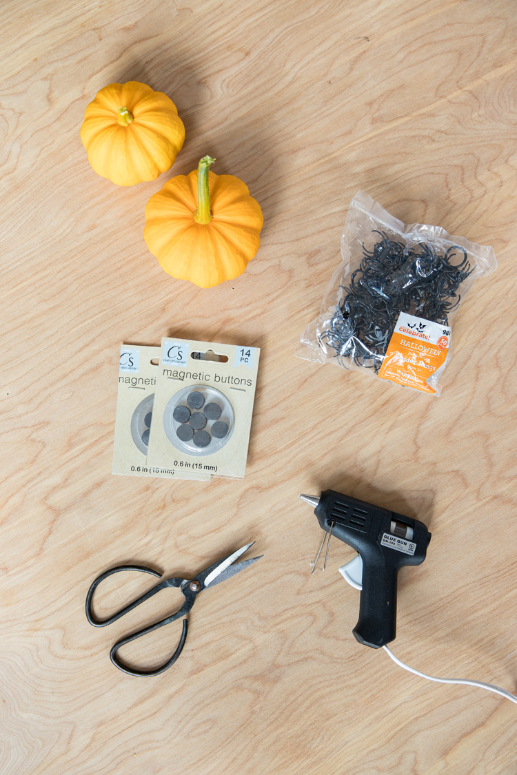Easy Spider Magnet Craft + Halloween Decor // www.deliacreates.com